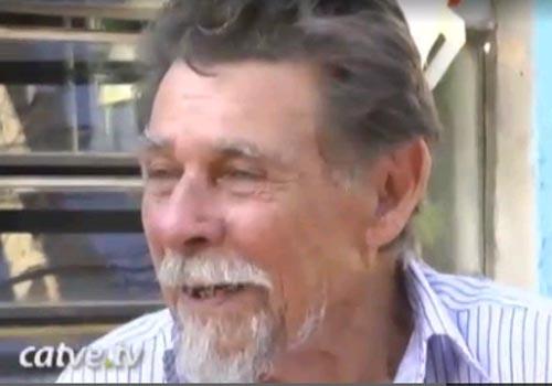 Cansado de esperar, idoso opera a própria hérnia usando um estilete