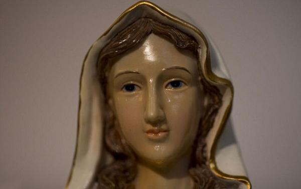 Fiéis se reúnem para ver estátua da Virgem Maria que