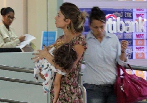 Grazi Massafera embarca com a filha em aeroporto de São Paulo