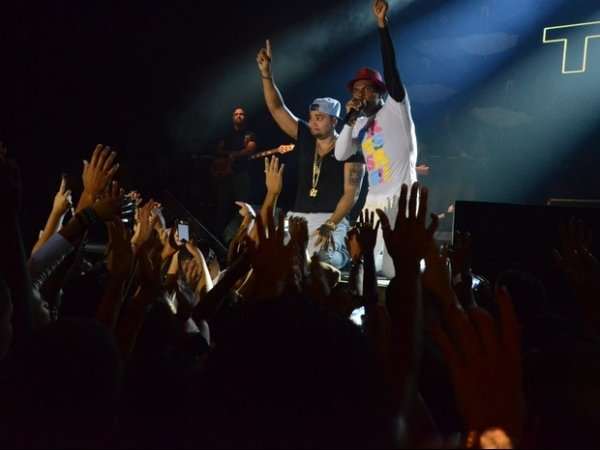 Naldo se emociona em show no Rio