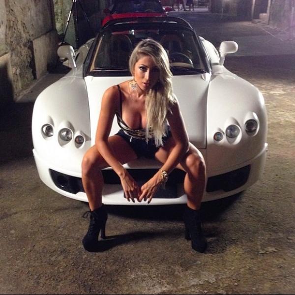 Andressa Urach usa vestido sexy em gravação de clipe