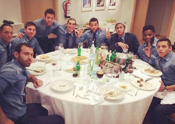 Após classificação à final, Neymar e Messi jantam com grupo do Barça