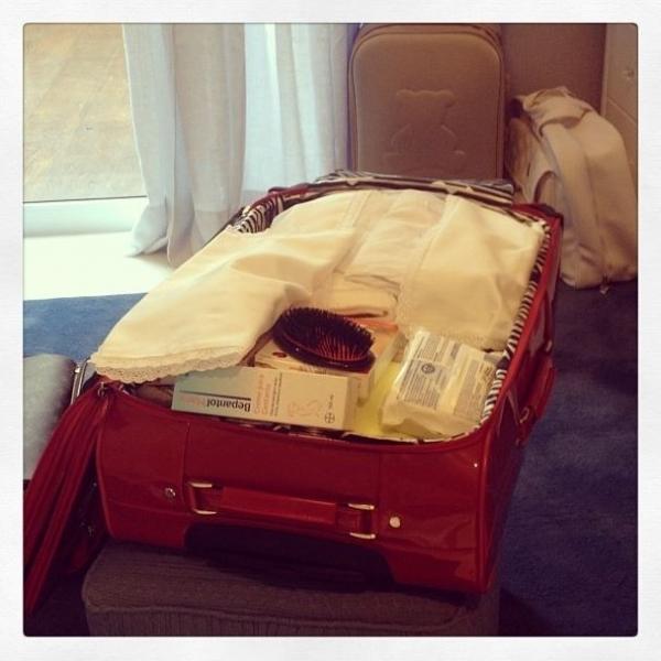 Prestes a dar à luz, Ana Hickmann faz a mala para levar a maternidade