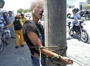 Assaltante  amarrado a poste em Santa Catarina