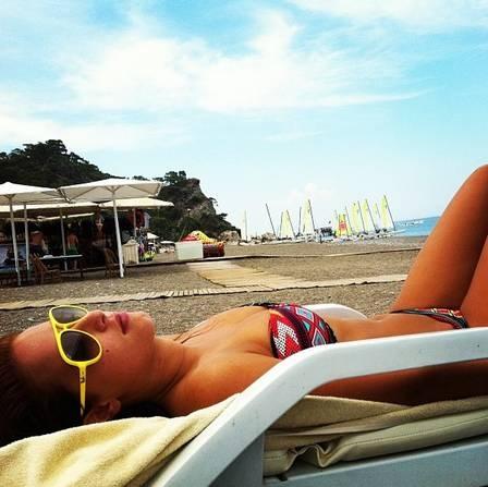 Esquiadora libanesa, que causou polêmica em Sochi por topless, brilha na web com fotos de biquíni