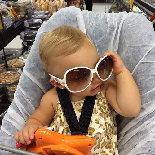 Fofura! Filha de Sheila Mello posa de óculos escuros: