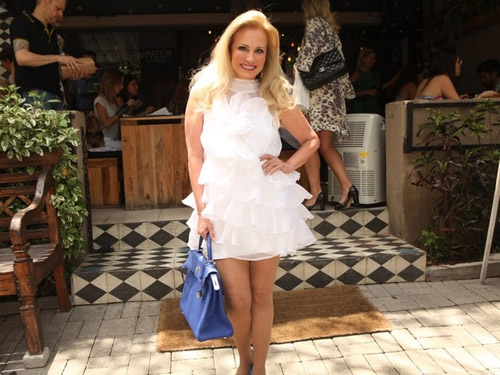 Gabriela Duarte usa pretinho básico para almoçar em restaurante