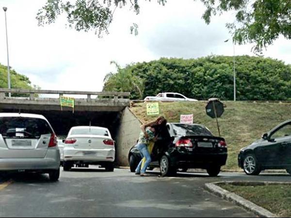 Motoristas apartam briga de mulheres ap batida em Bras匀ia