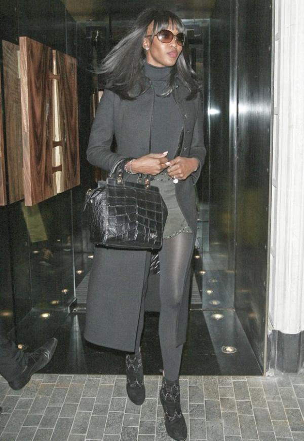 Naomi Campbell volta a exibir falhas evidentes nos cabelos
