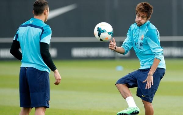 Neymar treina, ganha alta m馘ica e pode voltar a jogar neste s畸ado