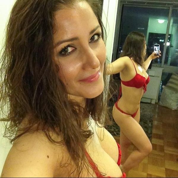 Uau! Nana Gouvêa posa de lingerie vermelha