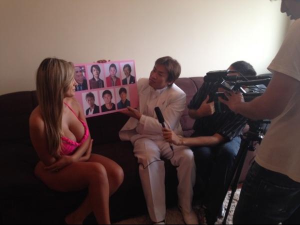 Andressa Urach dá entrevista para TV japonesa e beija apresentador
