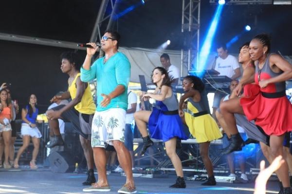Carla Perez e a filha tietam Xanddy em show na Bahia
