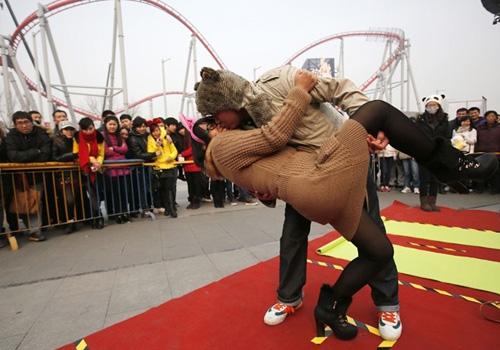 Concurso de beijos inusitados reúne 100 casais em parque na China