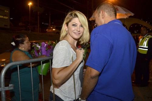 De short curtinho, Bruna Marquezine vai a balada no Rio
