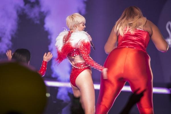 Miley Cyrus usa maiô cavado e capricha na dança sensual em show