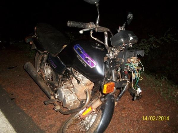 Motociclistas atropelam boi na estrada que liga Santana a Picos e ficam gravemente feridos