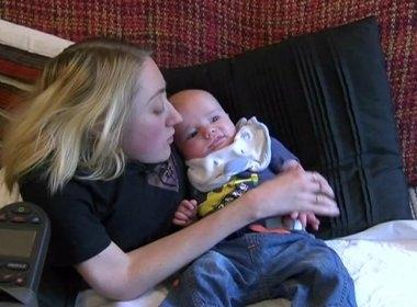 Mulher tem filho após sofrer mais de 200 fraturas osséas