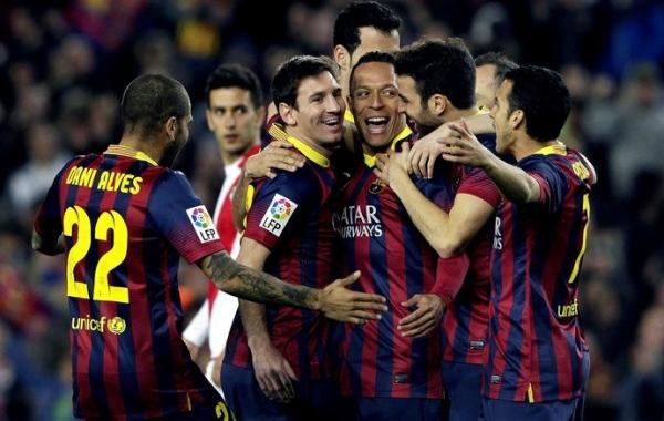 Neymar faz golaço na volta, e Barça massacra Rayo, com recorde de Messi