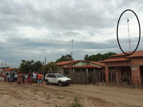 Raio atinge torre e causa preju坥os a moradores