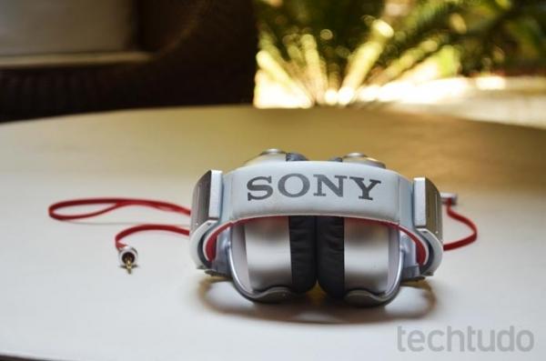 Grande e chamativo, o Sony MDR-XB920 se mostra poderoso mas não é muito confortável.