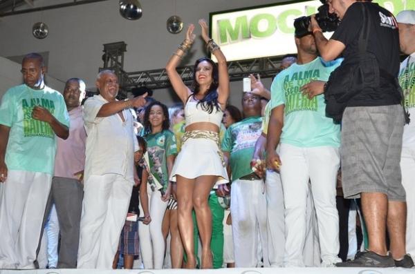 Mariana Rios é coroada como rainha de bateria da Mocidade Independente