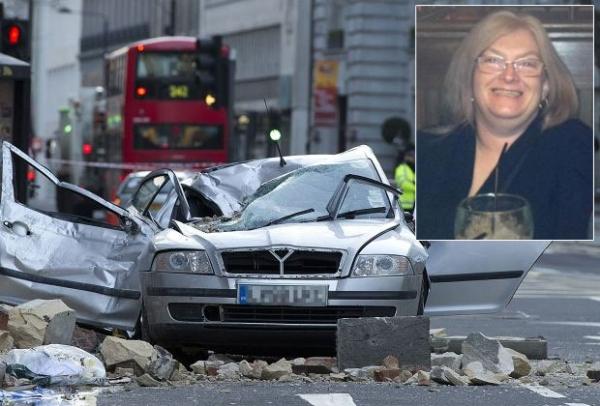 Mulher morre esmagada dentro de carro após parte de fachada de prédio desabar sobre veículo