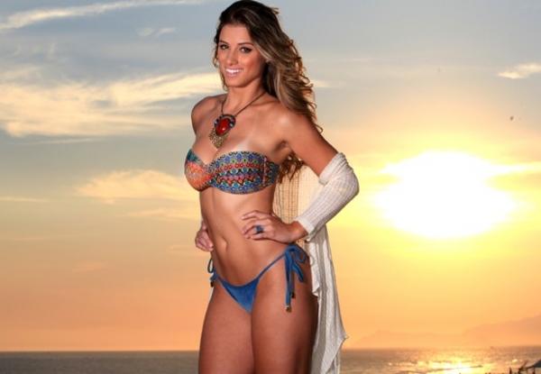 Angela Souza mostra corpão em ensaio de biquíni