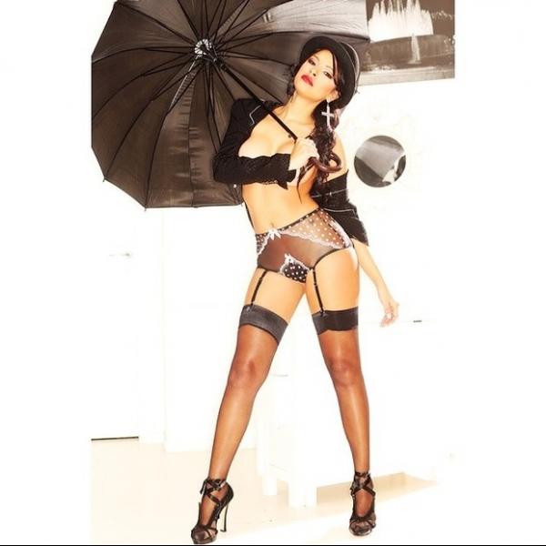 Ex-BBB Ariadna posa sem sutiã e de calcinha transparente para campanha