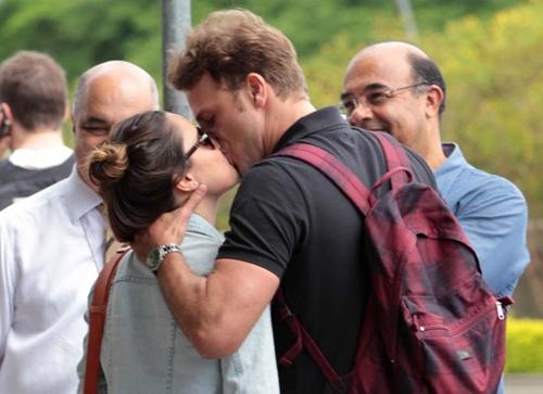 Fernanda Vasconcellos e Cássio Reis se despedem com beijinho