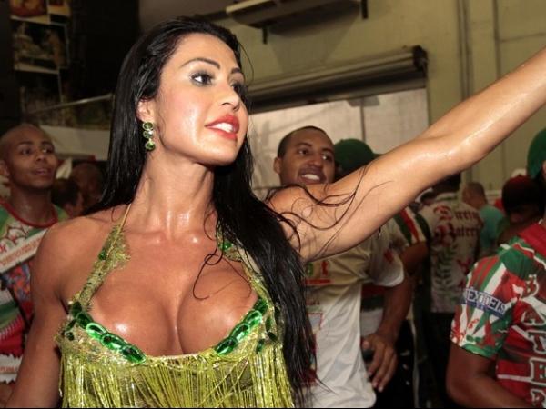 Gracyanne Barbosa aposta em vestido decotado e curto em noite de samba