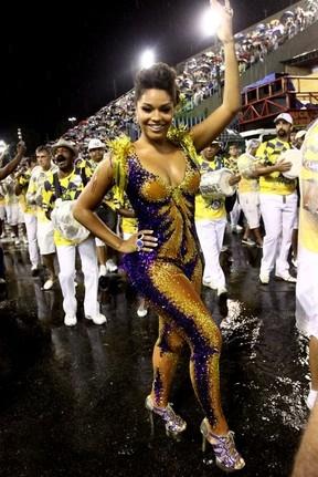 Juliana Alves usa look justinho e com brilhos em ensaio