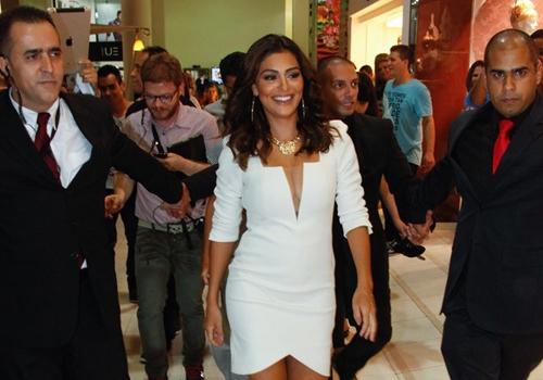 Juliana Paes aposta em decotão e pernas de fora em evento de moda