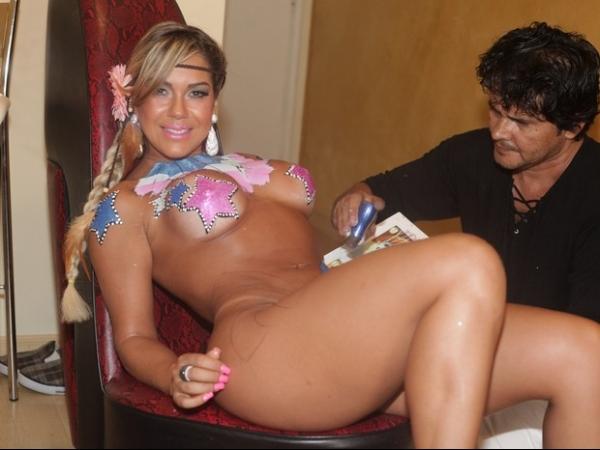 Ousada! Gil Jung samba apenas com tapa-sexo e corpo pintado