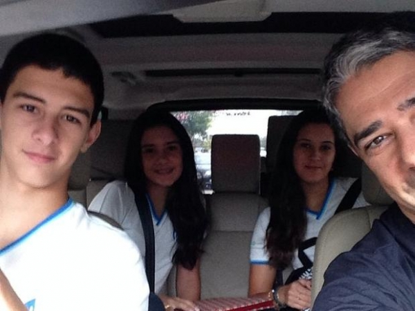 William Bonner posta fotos com os filhos a caminho da escola