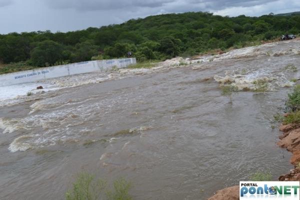MASSAPÊ: Barragem de Caraíbas transborda e garante o abastecimento da cidade - Imagem 8