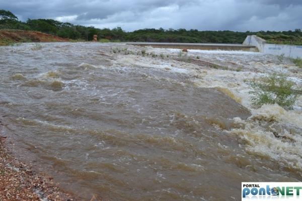 MASSAPÊ: Barragem de Caraíbas transborda e garante o abastecimento da cidade - Imagem 1