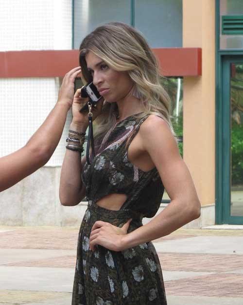 De vestido longo, Grazi grava novo programa em shopping do Rio com atriz; fotos