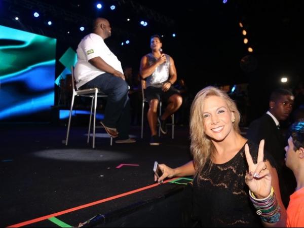 Fã número um, Carla Perez curte show do marido Xanddy no gargarejo