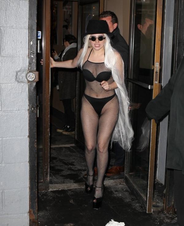 Frio que nada! Quase nua, Lady Gaga distribui autógrafos em Nova York