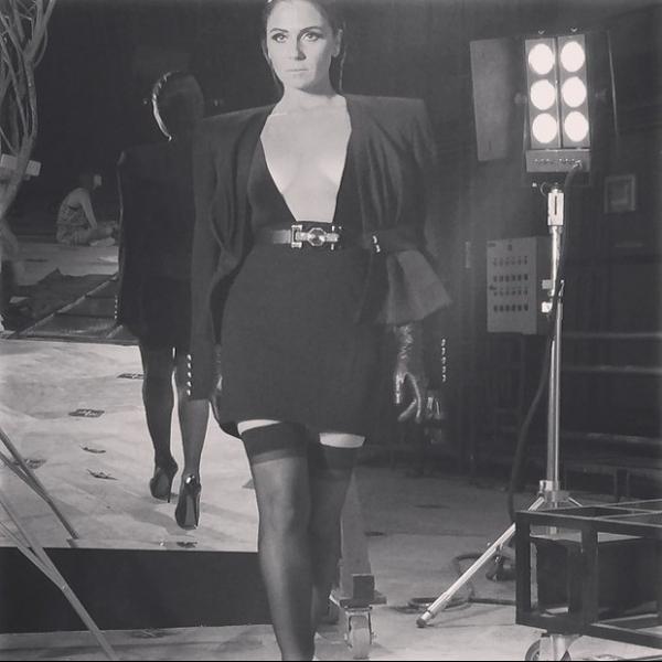 Giovanna Antonelli posa de vestido justinho e look decotado