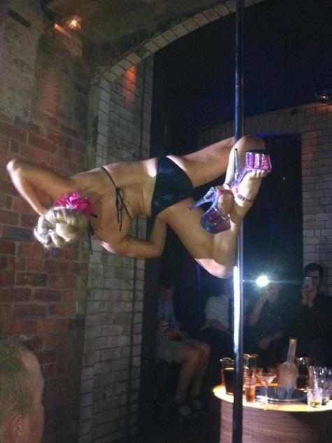Professora abandona vida pacata para se tornar estrela do pole dance