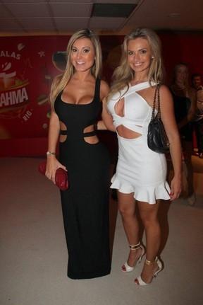 Andressa Urach e Veridiana Freitas dão selinho em festa de carnaval