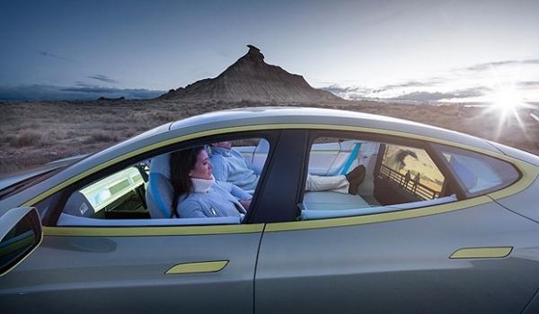 Carro elétrico que dirige sozinho tem sala de estar e até escritório; veja fotos