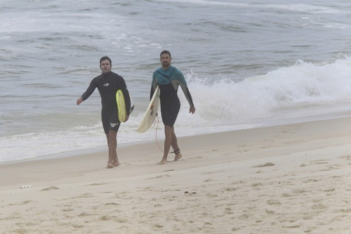Cauã Reymond mostra habilidade em dia de surfe no Rio