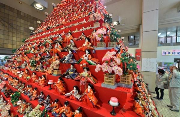 Festival exibe pirâmide de 7m com 1,8 mil bonecas no Japão