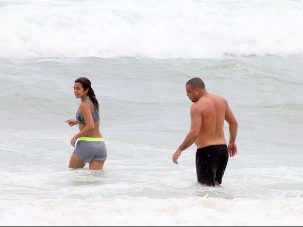 Fora de forma, Ronaldo troca beijos apaixonados com noiva