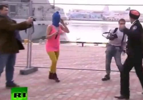 Integrantes do Pussy Riot apanham de chicote durante protesto na Rússia
