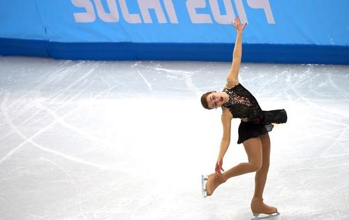 Nervosa, patinadora brasileira erra, mas encanta russos e realiza sonho olímpico