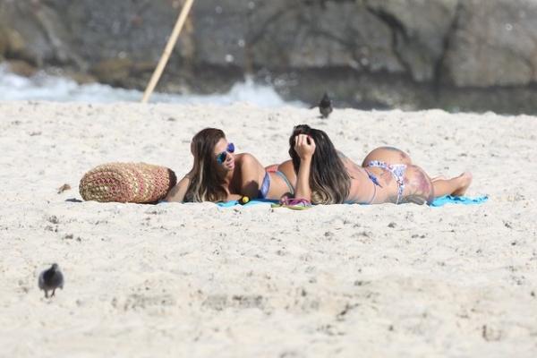 Transexual que diz ter namorado Romário é flagrada aos beijos com Miss Bumbum em praia